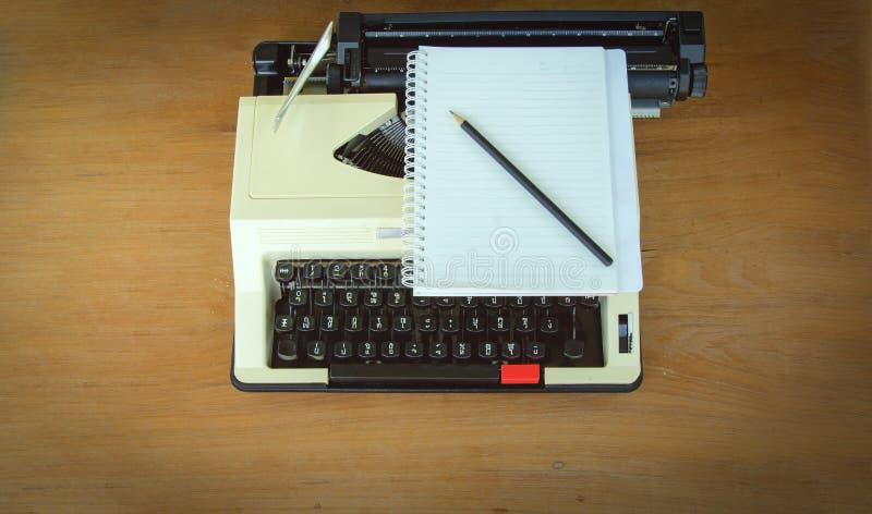 Máquina de escribir del vintage en el fondo de madera, tono retro imagen de archivo libre de regalías