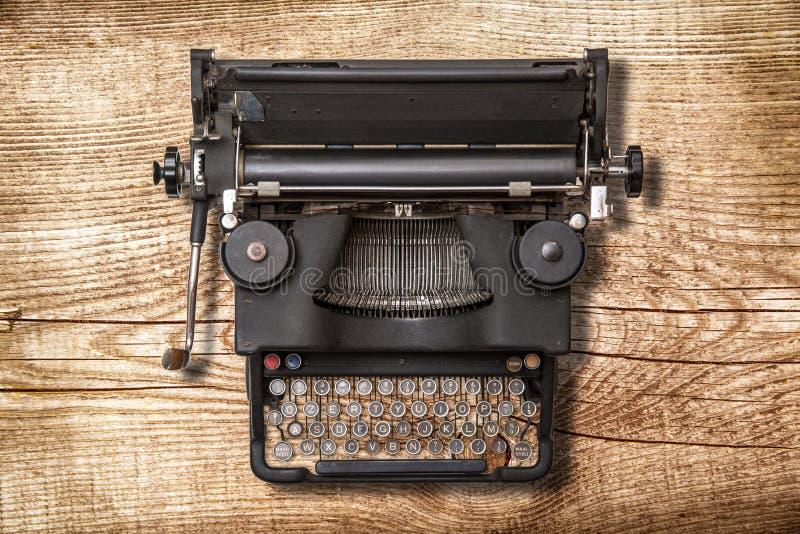 Máquina de escribir del vintage en el fondo de madera foto de archivo