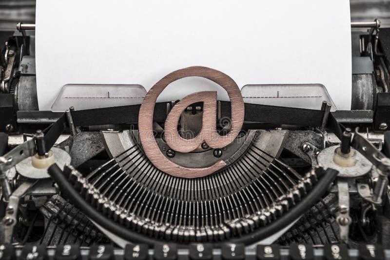Máquina de escribir del vintage y un símbolo del correo electrónico imagen de archivo libre de regalías