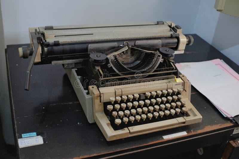 Máquina de escribir manual clásica, equipo de oficina utilizado para completar el trabajo administrativo fotos de archivo libres de regalías