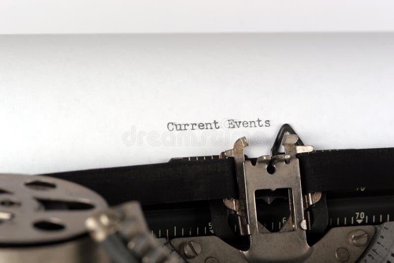 Máquina de escribir que pulsa sucesos actuales cerca para arriba imagen de archivo