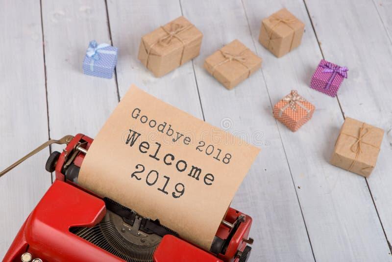Máquina de escribir roja con la recepción 2018 2019 del texto 'adiós ', cajas de regalo imagenes de archivo