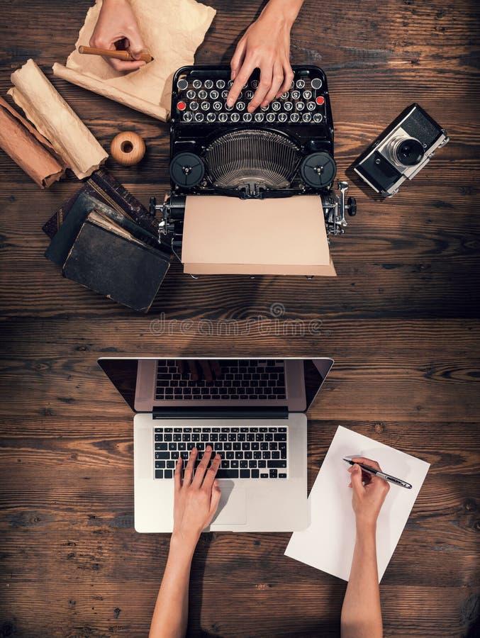 Máquina de escribir vieja con el ordenador portátil, concepto de viejo y de nuevo fotos de archivo libres de regalías