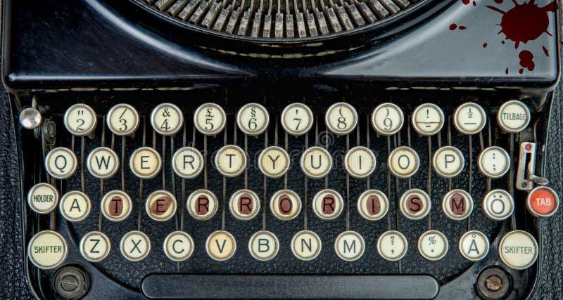 Máquina de escribir vieja con terrorismo fotografía de archivo