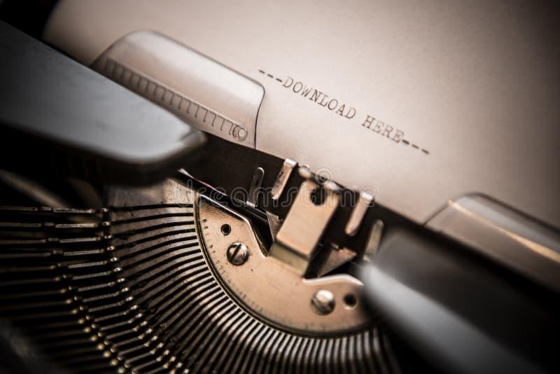 Máquina de escribir vieja con transferencia directa del texto aquí imagen de archivo libre de regalías