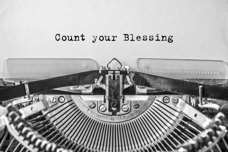 Máquina de escribir vieja del vintage en el fondo blanco con cuenta del texto su bendición imagen de archivo