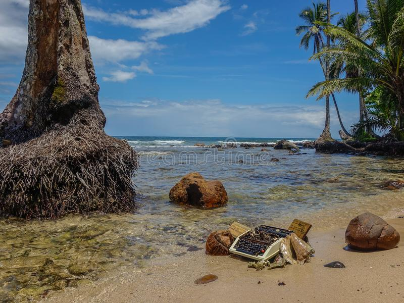 Máquina de escribir vieja trenzada en la playa foto de archivo