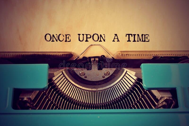 Máquina de escribir y texto retros érase una vez imagen de archivo