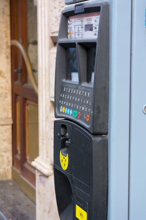 Máquina de estacionamento italiana que vende bilhetes de estacionamento no borrão Backgrou fotos de stock