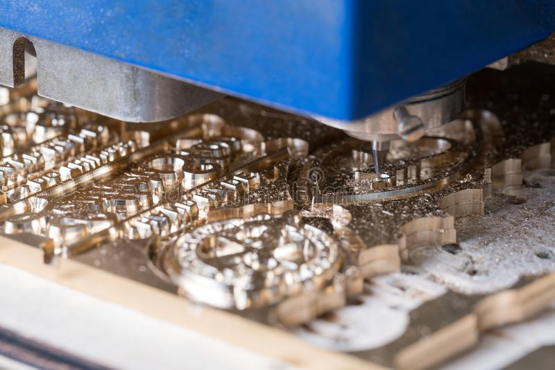 Máquina de grabado moderna que hace el ornamento imagenes de archivo