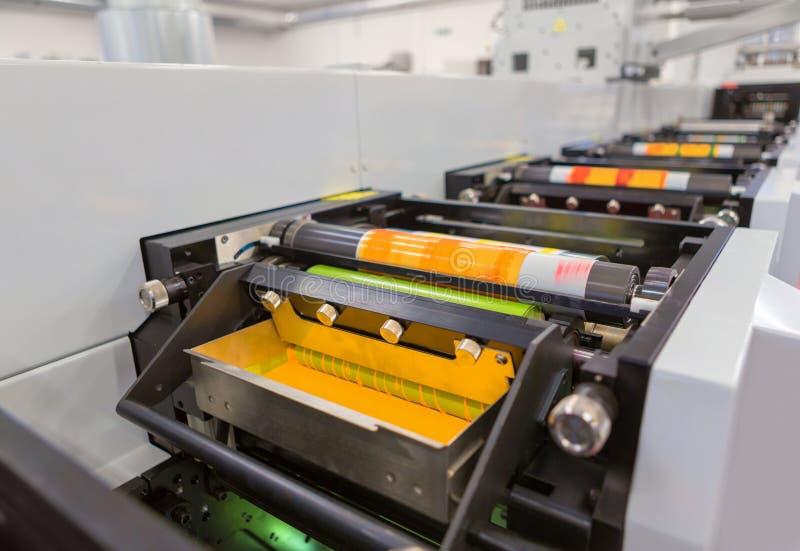 Máquina de impressão Flexographic com uma bandeja da tinta, um rolo cerâmico do anilox, uma lâmina de doutor e um cilindro da cóp imagens de stock