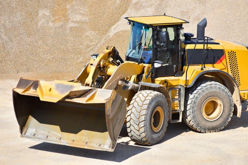 Máquina de la construcción pesada en la explotación minera a cielo abierto - ruede el cargador tr imagen de archivo libre de regalías
