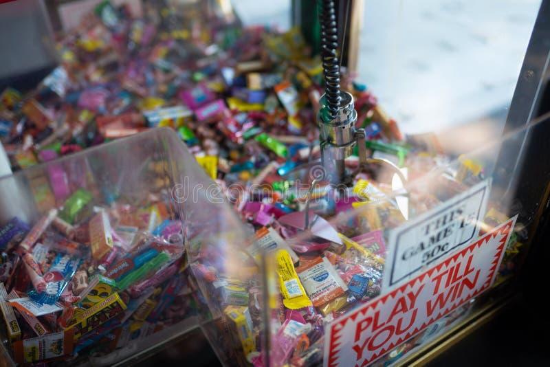 Máquina de la garra con el caramelo dentro imagen de archivo libre de regalías