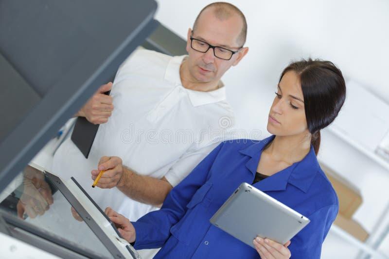 Máquina de la impresora de la fijación de la mujer imagen de archivo libre de regalías