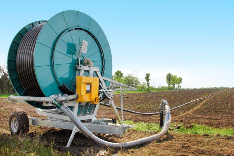 Máquina de la irrigación en el campo fotografía de archivo