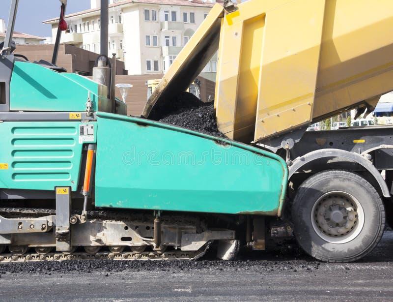 Máquina de la pavimentadora del asfalto fotos de archivo libres de regalías