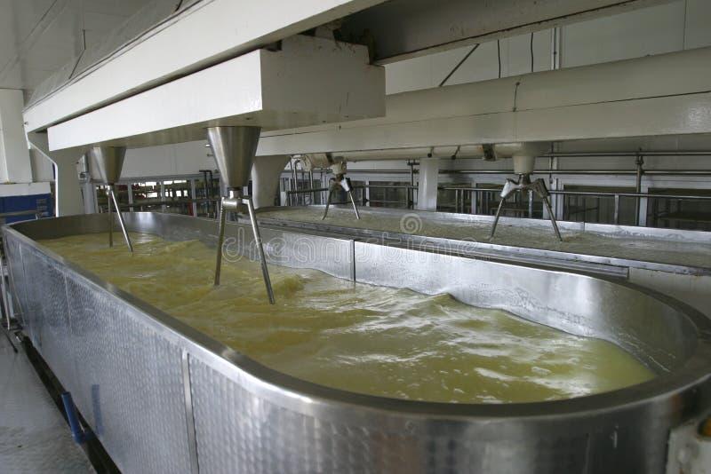 Máquina de la producción de queso en lechería moderna imagenes de archivo