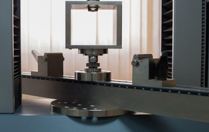 Máquina de la resistencia a la tensión de la ingeniería para la propiedad física fotografía de archivo