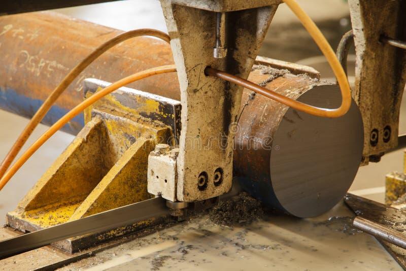 Máquina de la sierra para el trabajo del metal imagen de archivo
