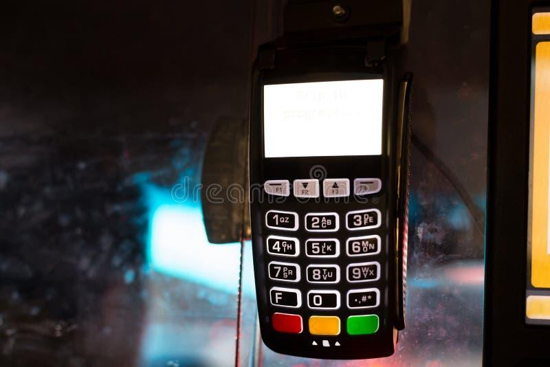 Máquina de la tarjeta de crédito para la transacción en el taxi de New York City foto de archivo