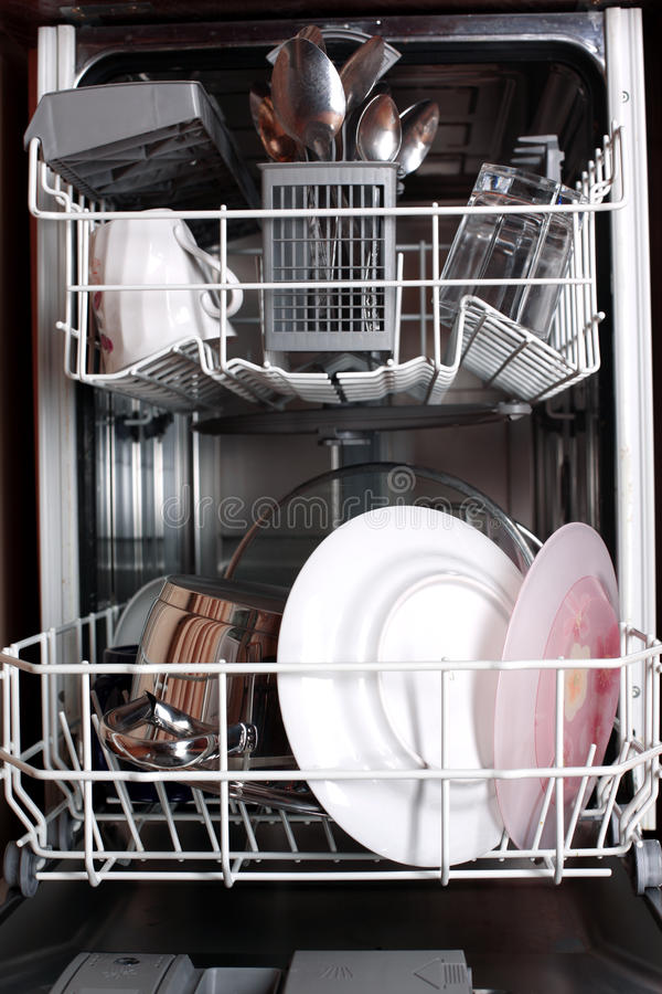 Download Máquina De Lavar Louça Com Pratos Foto de Stock - Imagem de placas, cozinha: 12811412