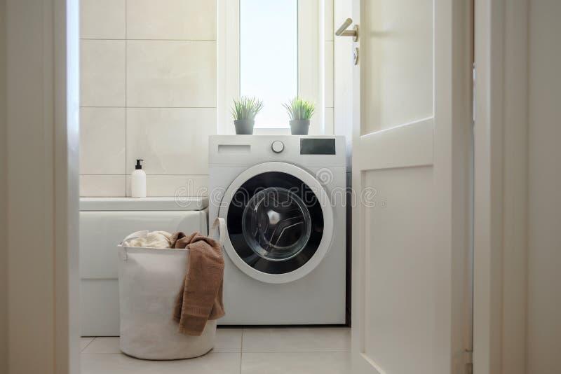Máquina de lavar no banheiro moderno imagens de stock