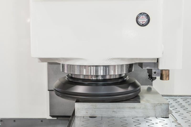 Máquina de lustro do cnc que trabalha na fábrica imagem de stock royalty free