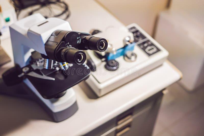 Máquina de lustro do moedor do micrômetro da precisão com um microscópio ótico grande que está perto fotografia de stock royalty free