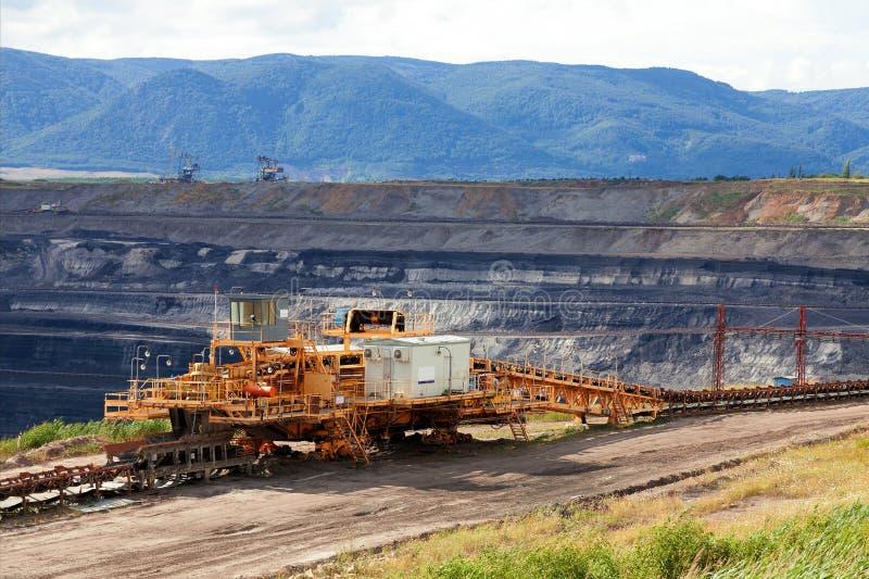 Máquina de mineração enorme na mina de carvão imagem de stock royalty free