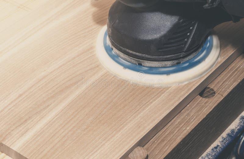 Máquina de moedura elétrica manual com a caixa de madeira das moagens da roda de esmeril, placa Obra de carpintaria, oficina Faze fotografia de stock royalty free