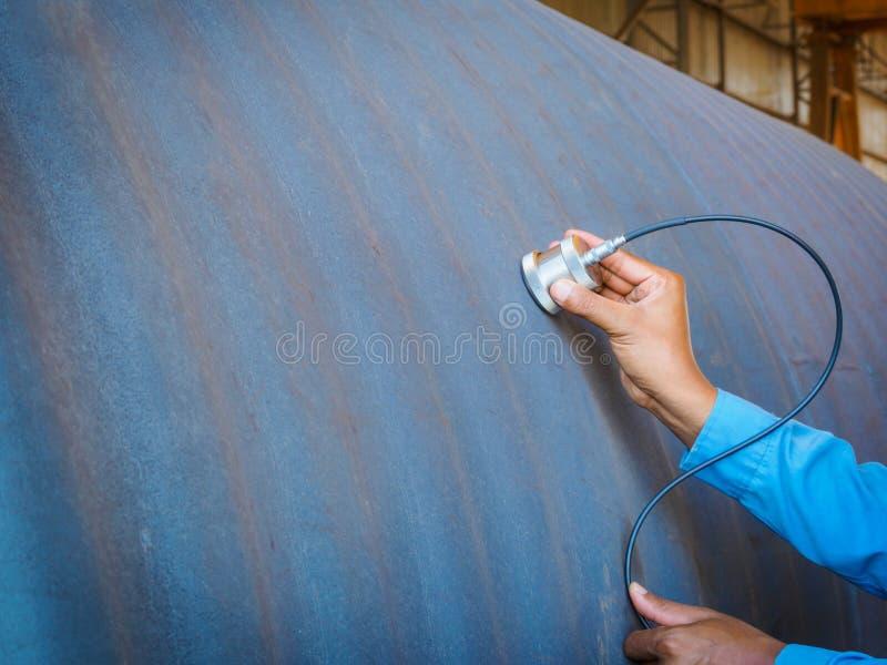 Máquina de prueba ultrasónica del uso del inspector para el defecto i de la inspección fotografía de archivo libre de regalías