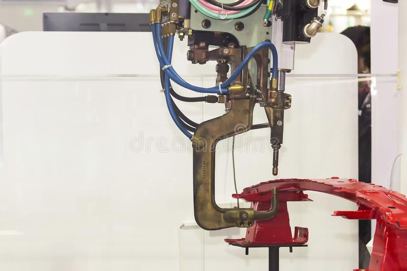 Máquina de soldadura automática do ponto da resistência com o produto para o trabalho industrial automotivo fotos de stock