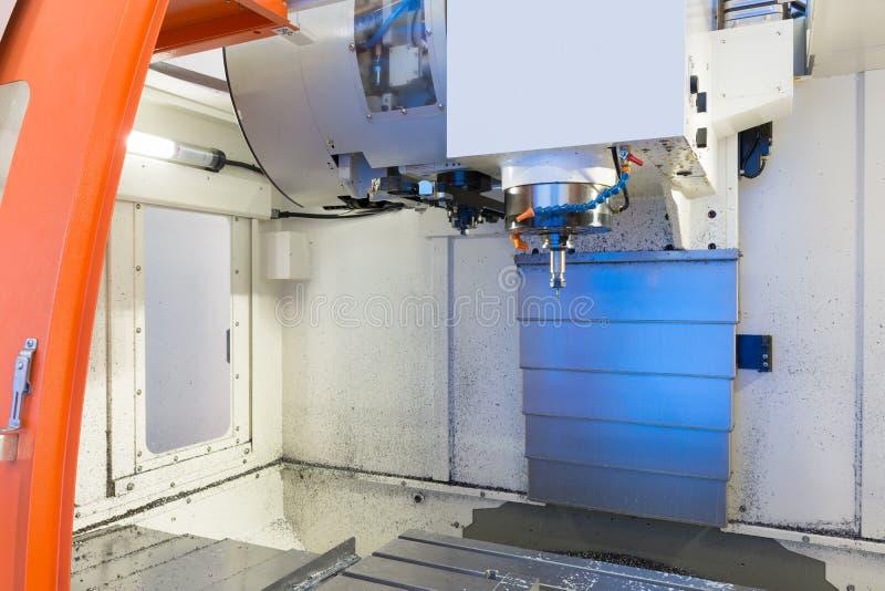 máquina de trabajo del metal del CNC con la herramienta del cortador durante moler del detalle del metal imagen de archivo