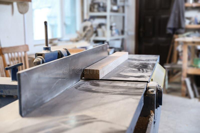 Máquina de trabajo de madera moderna imágenes de archivo libres de regalías