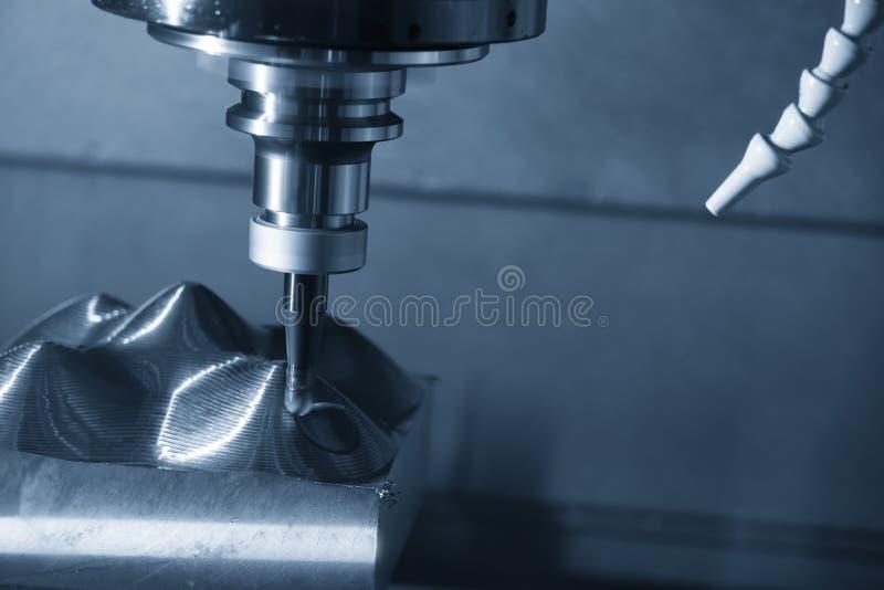 A máquina de trituração do CNC áspera cortando as peças do molde com a ferramenta indexable do endmill da bola fotografia de stock