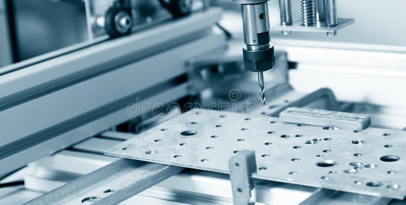Máquina de trituração que trabalha no detalhe de aço foto de stock