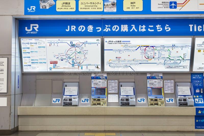 Máquina de venda automática do bilhete de trem do JÚNIOR na estação do aeroporto de Kansai foto de stock
