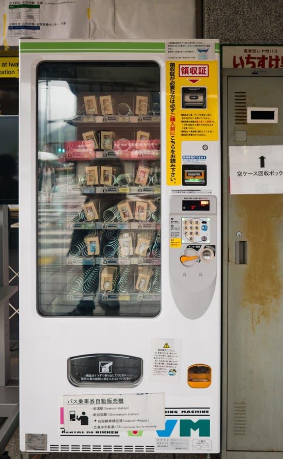 Máquina de venda automática do bilhete na parada do ônibus de Kintai-kyo fotografia de stock