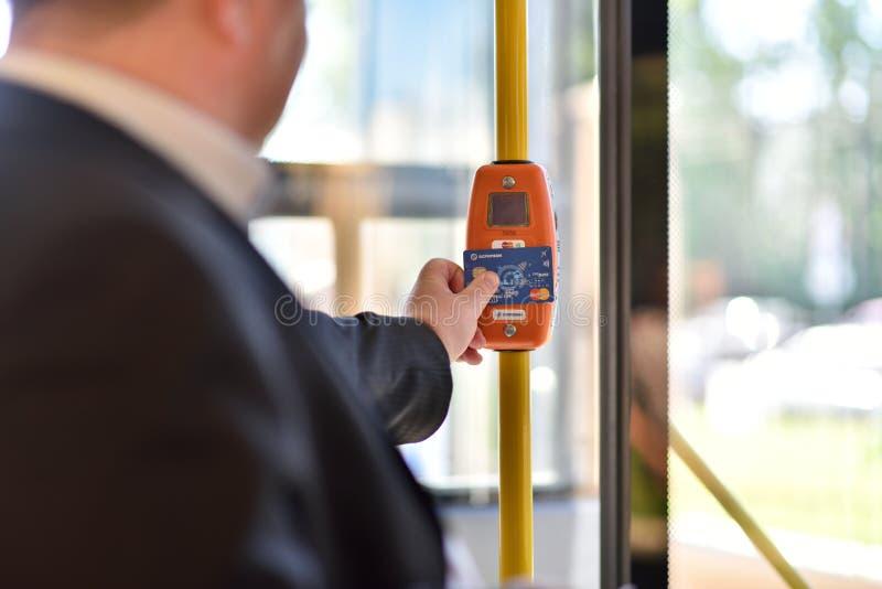 Máquina de venda automática do bilhete no ônibus bonde de St Petersburg foto de stock