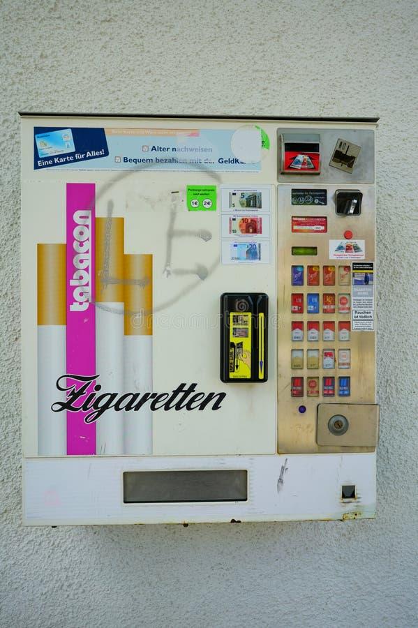 Máquina de venda automática exterior do cigarro em Europa foto de stock royalty free