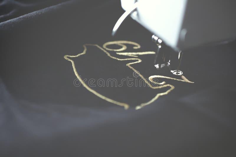 Máquina del bordado que cose motivo chino del Año Nuevo con hilado precioso del oro en tela del negro velvetely en humor ligero b fotos de archivo libres de regalías