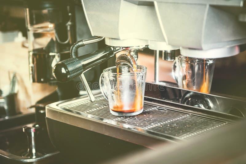 Máquina del café que hace proceso del café express imágenes de archivo libres de regalías
