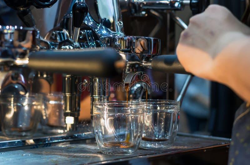 Máquina del café que hace que el tiro del café express en un café hace compras imagenes de archivo