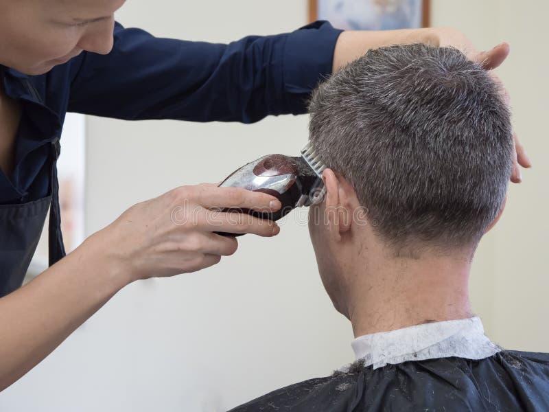 Máquina del corte de pelo Máquina del recortes del hombre en salón imagenes de archivo