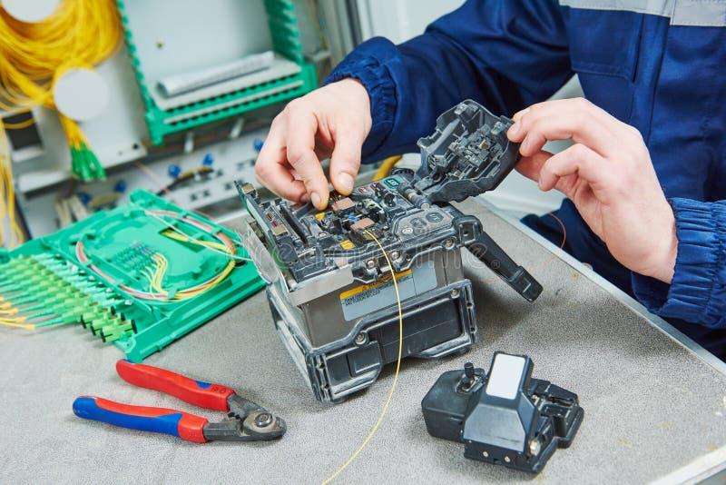 Máquina del empalme del cable de fribra óptica en trabajo imágenes de archivo libres de regalías