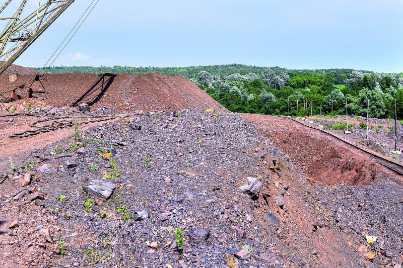 Máquina del excavador en el trabajo del movimiento de tierras de la excavación en mina fotos de archivo libres de regalías