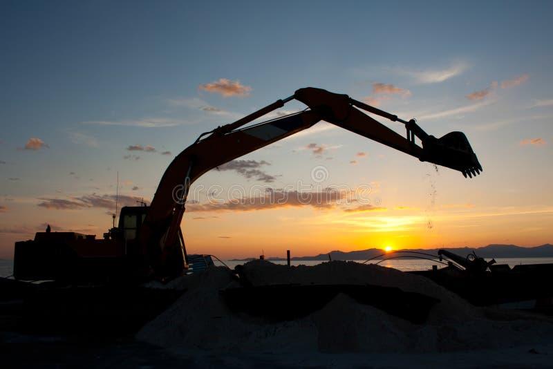 Máquina del excavador que hace movimiento de tierras imagen de archivo