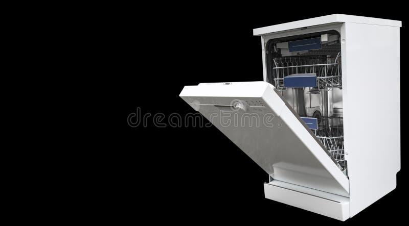 Máquina del lavaplatos aislada en un fondo negro Estantes internos del lavaplatos para la distribución de platos y de una cesta p foto de archivo libre de regalías