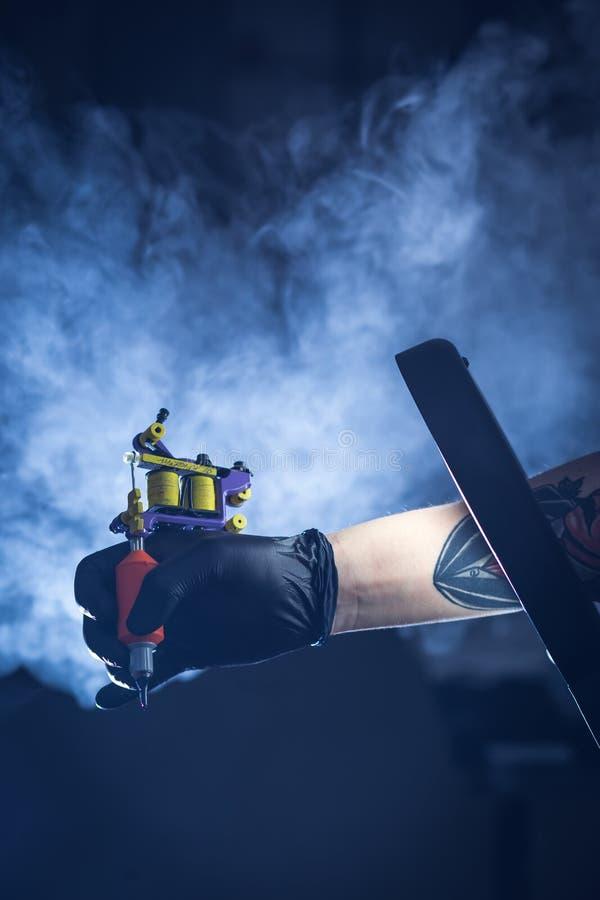 Máquina del tatuaje con humo fotos de archivo