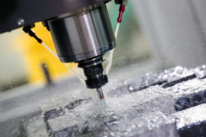 Máquina del torno del metal del CNC que muele en industria de metal fotos de archivo libres de regalías